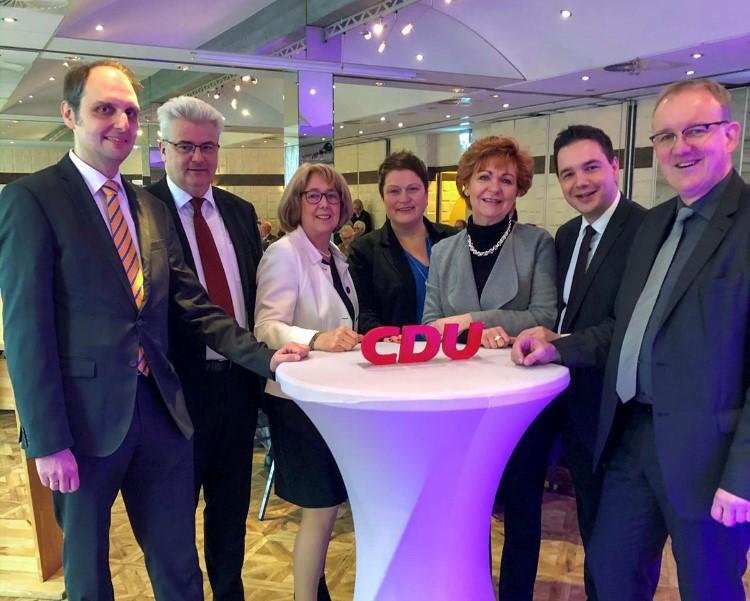 Von links:  Ralph Ahrens, Axel Knoerig, Edith Haeckmann, Anja Thiede, Barbar Havliza, Marcel Scharrelmann und Volker Meyer