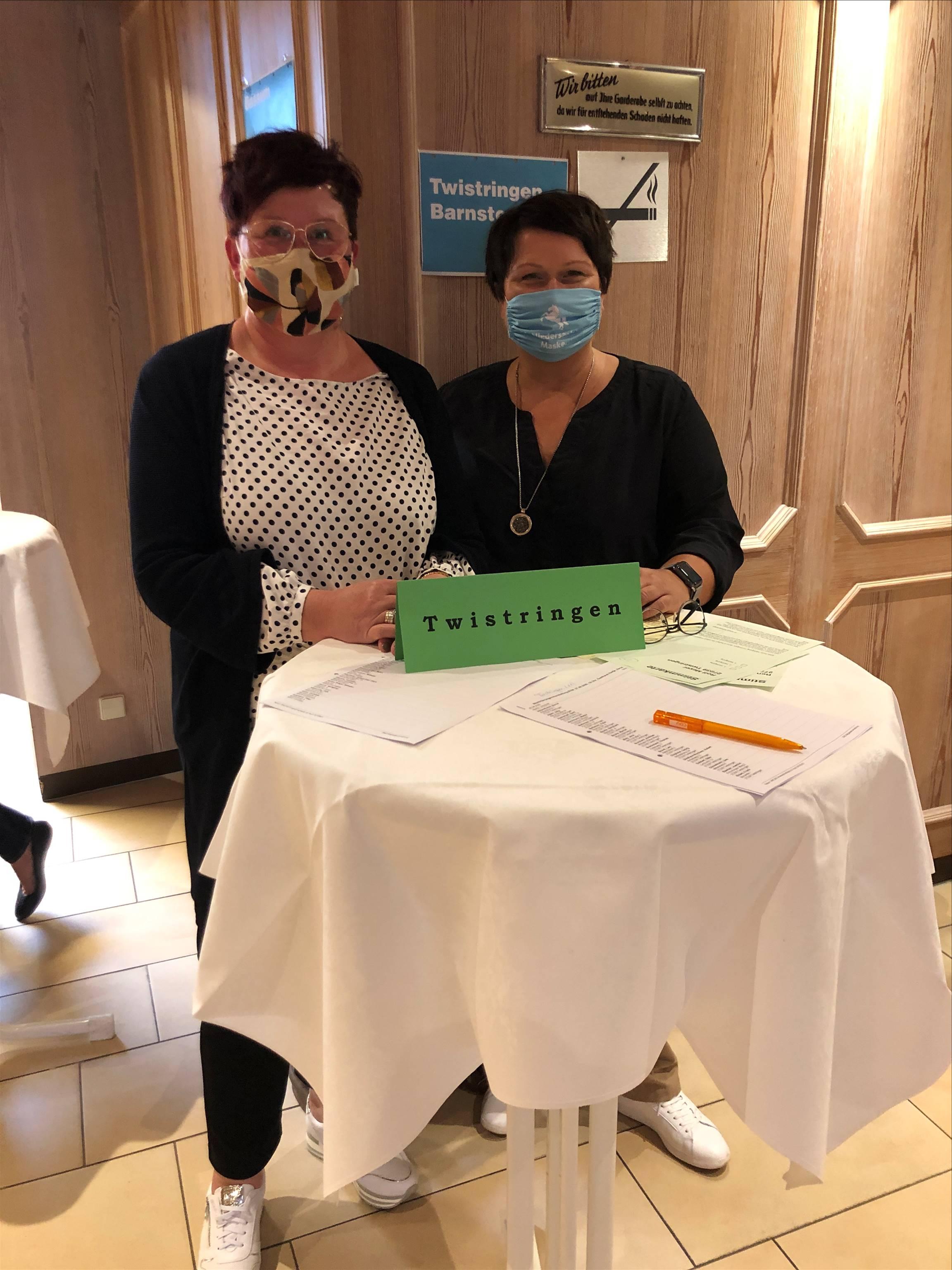 Anja Thiede und Claudia Sander im Tagungsbüro um die Twistringer Mitglieder zu empfangen